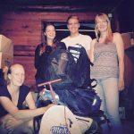 Jessi, Lena, Marcus und Biggi beim Packen der Rucksäcke